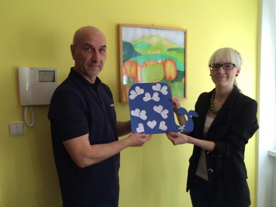 Denisa Jelínková při předávání finančního daru Dětskému domovu v Hrabové jménem projektu Hurá za velrybami!